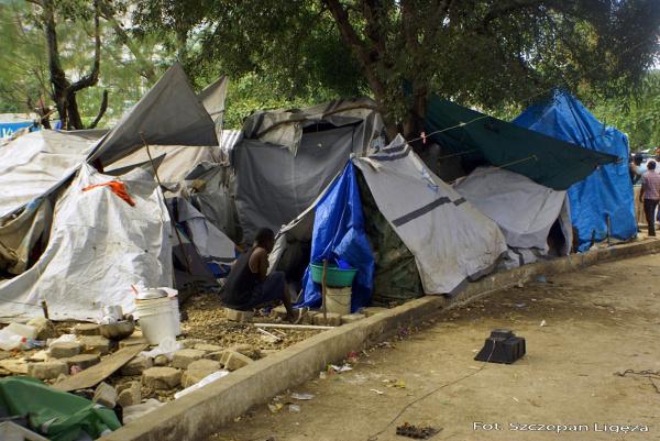 Obozowisko namiotowe w centrum Petion-ville. Mieszkańcy Haiti od trzęsienia ziemi mieszkają wciąż pod namiotami, bez dostępu do bieżącej wody, czy sanitariatów. Ta płachta materiału jest ich domem