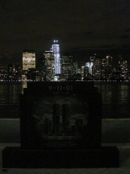 Memoriał upamiętniający atak na WTC, znajdujący się w New Jersey City. Tak wyglądał drugi brzeg przed 11 września 2001 roku.
