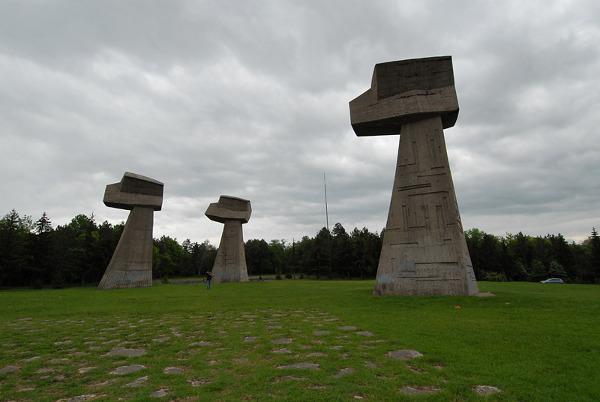 pomnik symbolizujący całe rodziny gotowe do walki z okupantem