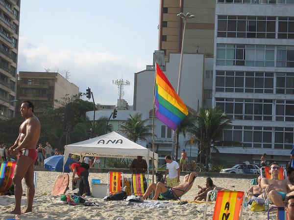 Flaga w kolorach tęczy powiewająca na wietrze