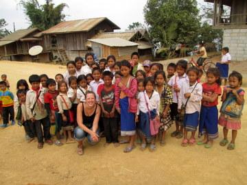 Dzieciaki, które wybiegły ze szkoły, żeby na nas popatrzeć na początku wstydziły się aparatu i uciekały.
