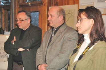 Przewodniczący Zakopiańskiej Fundacji Narodowej Skansen - Andrzej Kadłuczka (z lewej), fundator - Marian Matusiak ( w środku) oraz sekretarz - Alicja Babij