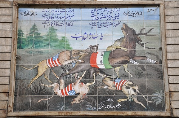 """Od czasu do czasu można natknąć się na trochę propagandy. """"Szczęśliwcy"""" mogą nawet trafić na palenie amerykańskiej flagi ale i bez tego znaki przebywania w państwie """"oblężonym"""" da się bez problemu wyłapać. Na murach starej ambasady USA w Teheranie widnieje napis """"Down with USA"""", na bazarze w Isfahanie można zobaczyć nieco bardziej symboliczne dzieło."""
