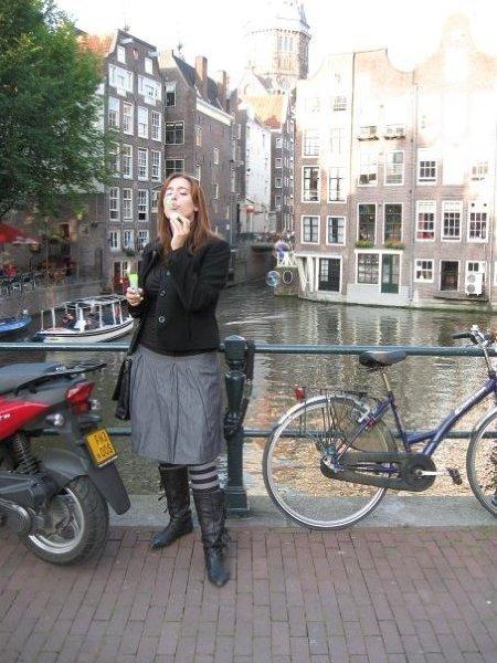 W tle kwintesencja Amsterdamu – wąskie kamienice, kanał i rower (jeden z wielu). Tego krajobrazu nie da się pomylić z żadnym innym!
