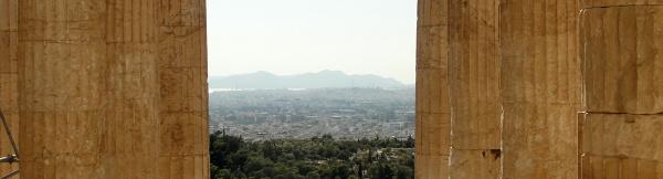 Wzgórze Acropolis. Widok na Pireus.