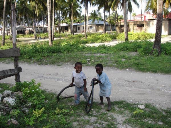 Stone Town, to w tej dzielnicy znajduje się ślad po niechlubnej historii wyspy, czyli targ niewolników. Szacuje się, że z Zanzibaru wywożono nawet 30 000 niewolników rocznie.