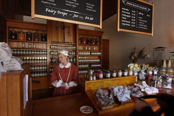 W sklepach przy głównej ulicy można kupić tradycyjne wyroby.