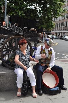 W Dublinie nie brakuje zespołów folklorystycznych występujących na ulicach. To właśnie one tworzą niepowtarzalny klimat miasta i są częścią irlandzkiej kultury.