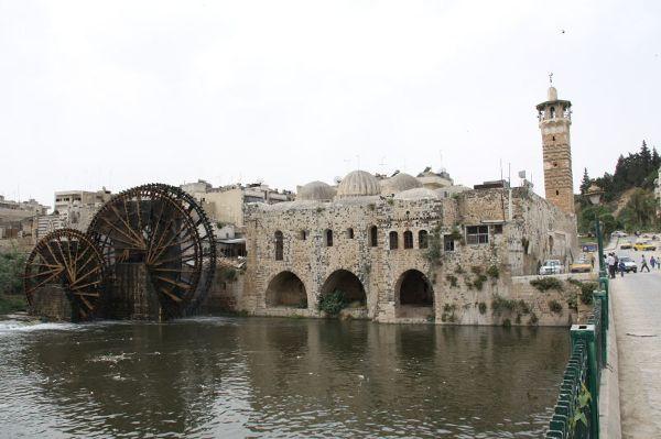 Noria (urządzenie służące do podnoszenia wód w celu irygowania pól uprawnych) w mieście Hama, Syria