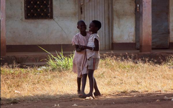 Pozaszkolna lekcja tańca towarzyskiego przy akompaniamencie gwaru ulicznego. Jak się można bez wnikliwych badań etno-socjo-psychologicznych domyślić - Kameruńczycy to niepoprawni optymiści.