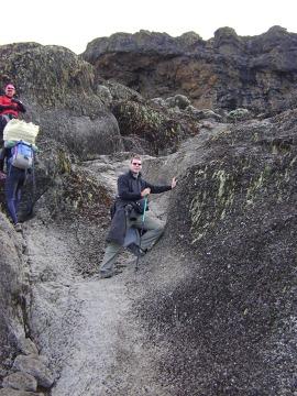 Autor wspina się po skałkach i pozuje do zdjęcia, udając, że dobrze mu idzie :)