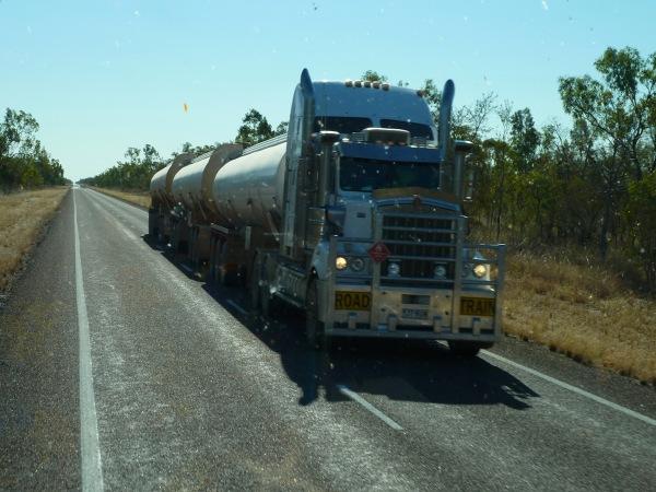 road train - może mieć ponad 50 metrów - i ciągnąć nawet 4 wielgachne przyczepy (z reguły 3)