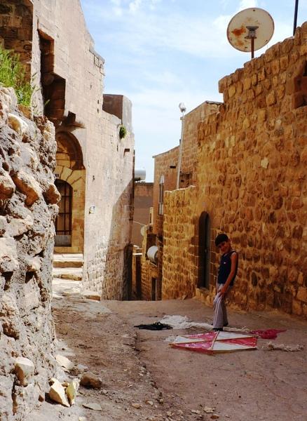 Na starym mieście w Mardin dzieciaki chętnie pozują do zdjęć