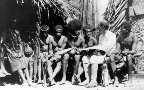 Bronisław Malinowski, pionier antropologii społecznej, na Wyspach Triobrandzkich, gdzie prowadził badania terenowe