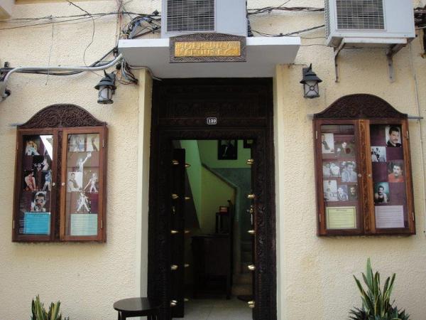 W tym domu urodził się Farrokh Bulsar szerzej znany jako… Freddie Mercury. Muzyk przyszedł na świat w rodzinie indyjskich emigrantów, zresztą do Indii został wysłany na 8-letnią edukację, po której wrócił na Zanzibar, gdzie jednak nie zagrzał już miejsca na dłużej.
