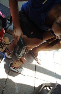 Zręczna Wietnamka na poczekaniu tworzy mi klapki... wiertarką :)