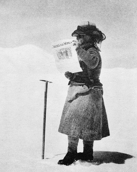 Fanny Bullock Workman na lodowcu w Karakorum na prawie 7000 m trzyma banner Votes for Women
