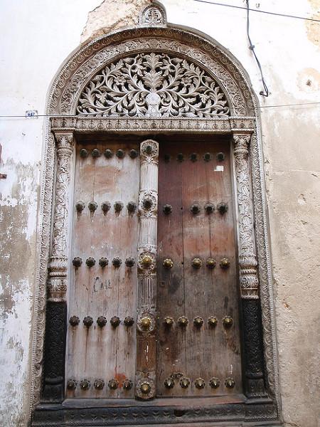 Drzwi do domu na Zanzibarze. Zdjęcie zostało zrobione 21 Sierpnia, 2008.