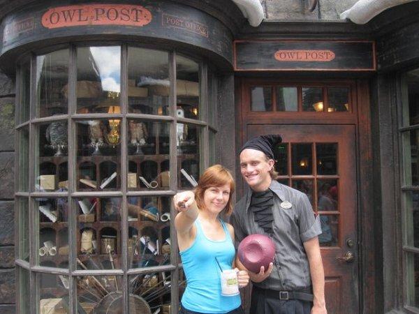 Ty trzymaj różdżkę, a ja wypowiem zaklęcie... - w Hogsmeade przed Sowią Pocztą