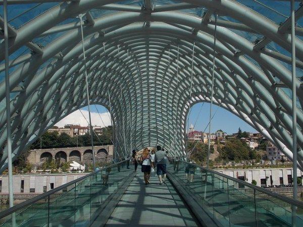 Nowoczesny most w Tbilisi