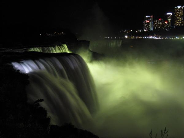 Niagara Falls znajdują się w stanie Nowy Jork, na jego północnym skraju i sąsiadują z Kanadą. Dzięki reflektorom, umieszczonym po kanadyjskiej stronie, wodospady nocą przybierają najrozmaitsze barwy.