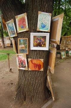 Pomysłowa ekspozycja w kiszyniowskim parku, gdzie przebywa miejscowa bohema