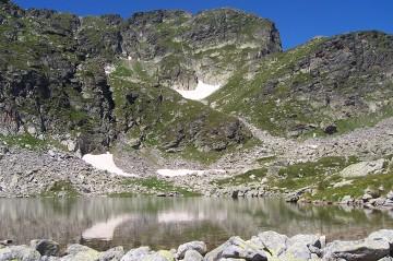 Góry Riła - ze względu na swoją budowę geologiczną w Bułgarii sieć hydrologiczna jest stosunkowo uboga. Jezior praktycznie nie ma, jedynie sztuczne zbiorniki i stawy górskie - takie jak ten na zdjęciu.