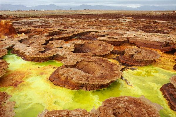 Dallol, czyli pole siarkowych źródeł, wyglądających  surrealistycznie a zarazem przepięknie