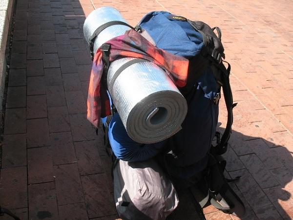 Plecak w trakcie podróży