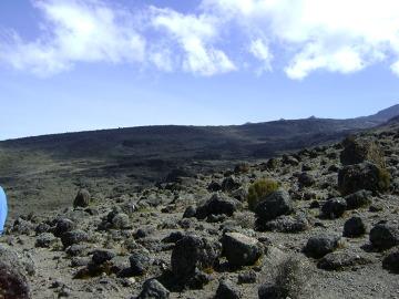 Roślinności na tym piętrze już prawie nie ma. na krajobraz składają się skały pochodzenia wulkanicznego