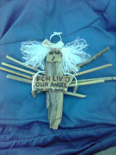 Własnoręcznie wykonany przez dziewczyny anioł (wykonany z przedmiotów znalezionych na ulicy lub w ich plecakach) dla LIV- kobiety, dla której pracowały.