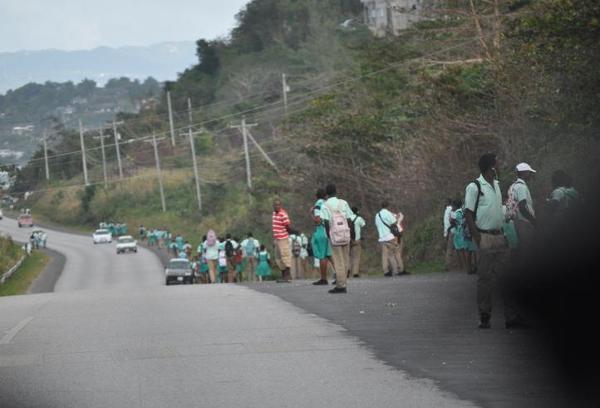 Port Antonio, Jamajka. Wszystkich uczniów obowiązuje noszenie mundurków. Każda szkoła ma swój własny kolor.