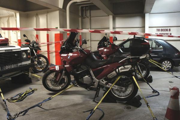 Motocykle czekają bezpiecznie pod pokładem statku na koniec podróży