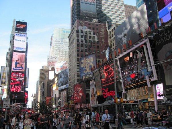 Nowy Jork i najbardziej znane miejsce - Times Square. Tutaj świętuje się ważne wydarzenia, tutaj odlicza się sekundy starego roku. Ilość widzianych kolorów, słyszanych języków i liczba mijających nas nieustannie ludzi przyprawiają o zawrót głowy!