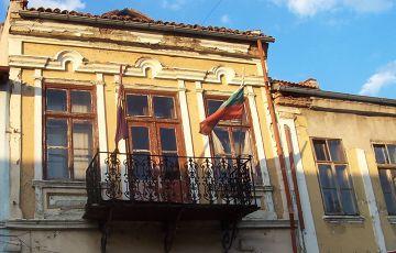 Veliko Tarnovo - barwy Bułgarii umieszczone na fladze to biel, zieleń i czerwień oznaczające kolejno spokój, wolność i ofiary walk o wyzwolenie Bułgarii spod panowania tureckiego.