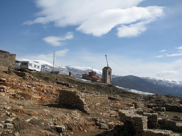 Ochryd i całe Jezior Ochrydzkie położone jest w dolinie, w koło otaczające je góry, w tym najwyższy szczyt Macedonii - Korab 2753 m.n.p.m. Kolejnym nierozłącznym elementem krajobrazu są wykopaliska. Archeolodzy mają tu sporo pracy. Pod całym miastem znajdują się pozostałości po poprzednich miastach - Diassarites i Lychnidos - które zostały całkowicie zniszczone w wyniku trzęsień ziemi i wojen.