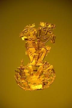 Złoto topi się w temperaturze 1063°C. Wiedząc to pierwsi przybyli do Ameryki Europejczycy nie mogli uwierzyć, że wypełniające dziś muzea sztuki prekolumbijskiej przedmioty zostały wykonane nawet tysiąc lat wcześniej przez prymitywnych w ich mniemaniu Indian.Dwugłowa postać z bogotańskiego muzeum złota ma na sobie ślady odcisków palców anonimowego artysty sprzed setek lat. Niektórych konkwistadorów przekonało to, że Indianie formowali złote figurki własnymi dłońmi. W rzeczywistości zostały one wykonane przy pomocy techniki traconego wosku. Artysta tworzył najpierw model pożądanej figury z wosku pszczelego. Potem model oklejany był gliną, która gdy zaschła tworzyła formę, do której następnie po wytopieniu wosku wlewano płynny metal. Po rozbiciu glinianej formy figura była szlifowana i polerowana. Była to tylko jedna z wielu znanych Indianom Czibcza technik metalurgicznych.