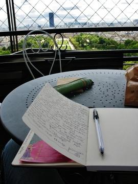 Opisywałem wszystko. Kolory, zapachy potraw, nowe nazwy, rozmowy przeprowadzone przy stoliku z parą Anglików, uśmiech starszej Włoszki w kapeluszu ze słomy...