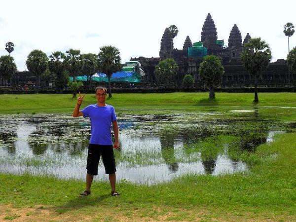Na tle Angkoru, 12-wiecznej świątyni, dawnej stolicy starożytnych Khmerów.