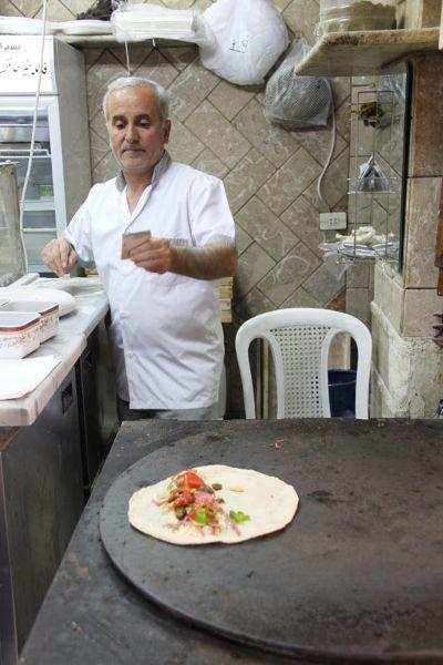 Kebab z warzywami, kawałkami kiełbasy i serem. Koszt około 3 zł