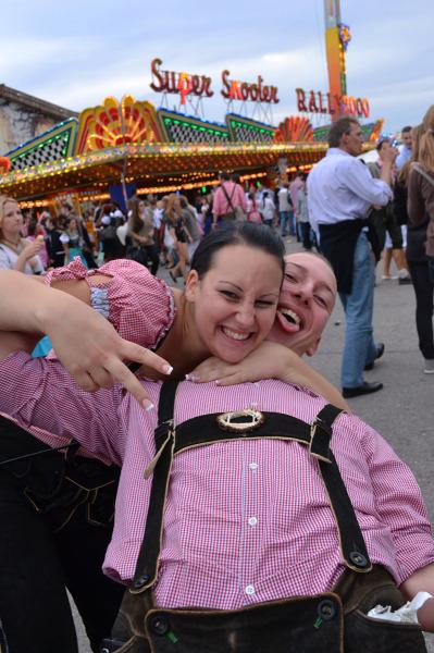 Para w tradycyjnych spodniach, tzw. Lederhosen