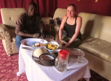 """Obiad u Nestora (nauczyciel z N'djameny). Zostałam zaproszona na """" domowy  czadyjski obiadek """"  który przygotowała  zona Nestora. Obiad składał się z tradycyjne przyrządzonego bullu, sałatki z liści i gołąbków  z rożna."""
