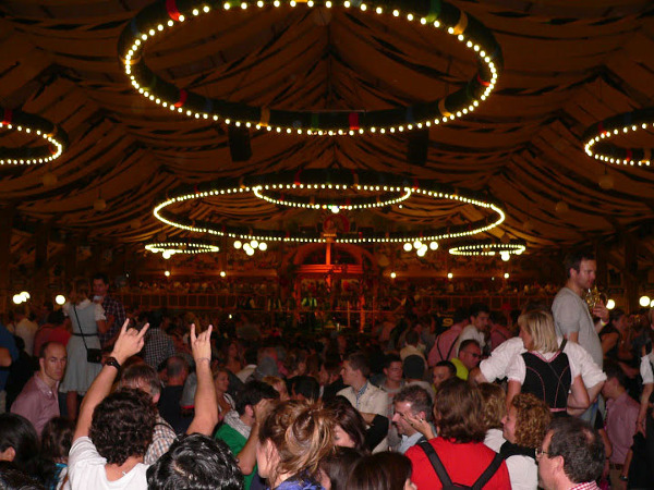 Zabawa w Paulaner Festhalle - jednym z 6 największych namiotów na Oktoberfest