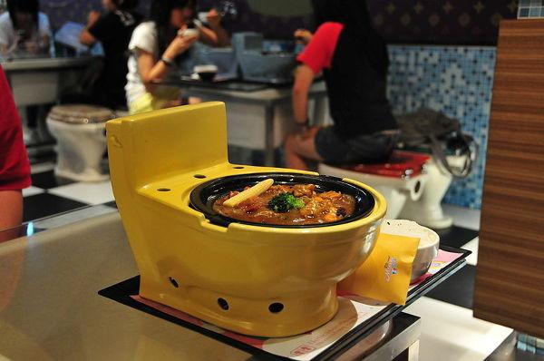 Tak podają jedzenie w Modern Toilet Restaurant