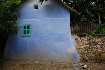 Batucieni to jedna główna, piaszczysta i zwykle wyludniona ulica z niebieskimi domkami