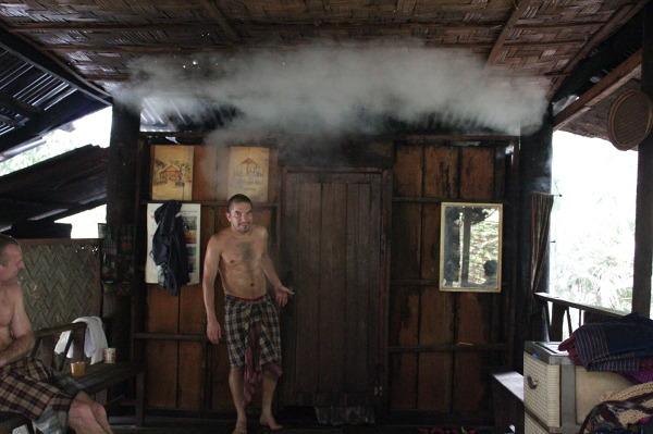 Ziołowa sauna u mnichów w Vientiane.
