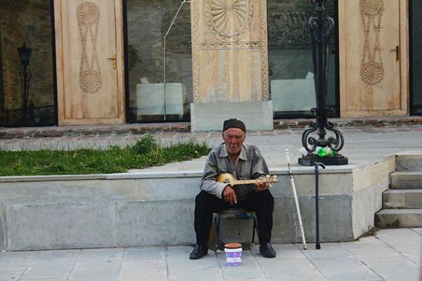 Gruziński muzyk w dawnej stolicy Gruzji Mcchecie