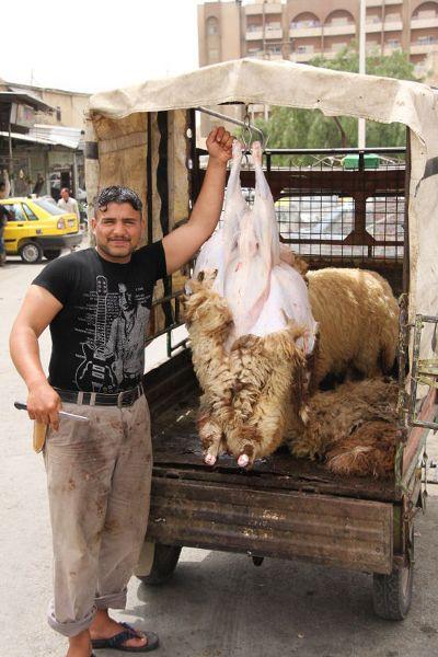 Obierany ze skóry baran na targowisku w Hama