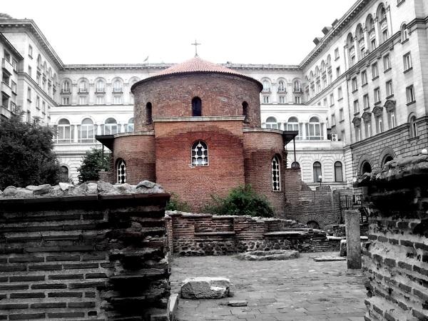 Sofia - Rotunda św. Jerzego - Około I w. Trację zdobyli Rzymianie. Tak jak po Trakach niewiele pozostało pamiątek, tak rzymskie budowle można spotkać w samym centrum Sofii! Otóż Sofia to aktualnie wielki plac archeologiczny, budując stację metra natrafiono na wiele zabytków i aktualnie są one odkopywane. Jest to ciekawy widok - bloki, ulica a pomiędzy mały ceglany kościół.