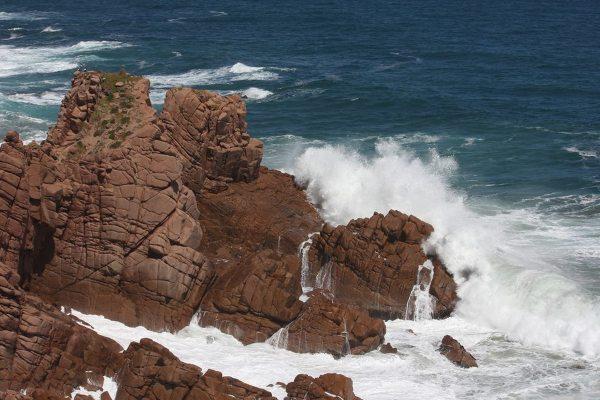 Pięciometrowe fale rozbijające się o skały Przylądka Woolamai.<br />
